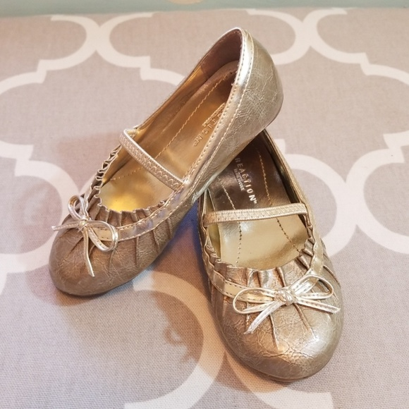 fcf1066915f4 KENNETH COLE Little Girls Gold Dress Shoes sz 7